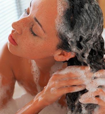 Mujer-lavandose-el-pelo-champu-de-cebolla